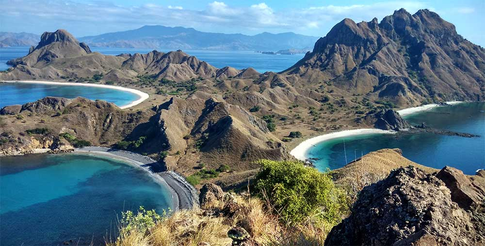 3.Ein Blick von der Padar Insel. Die Insel gehört zur Komodo-Inselgruppe im Osten Indonesiens.