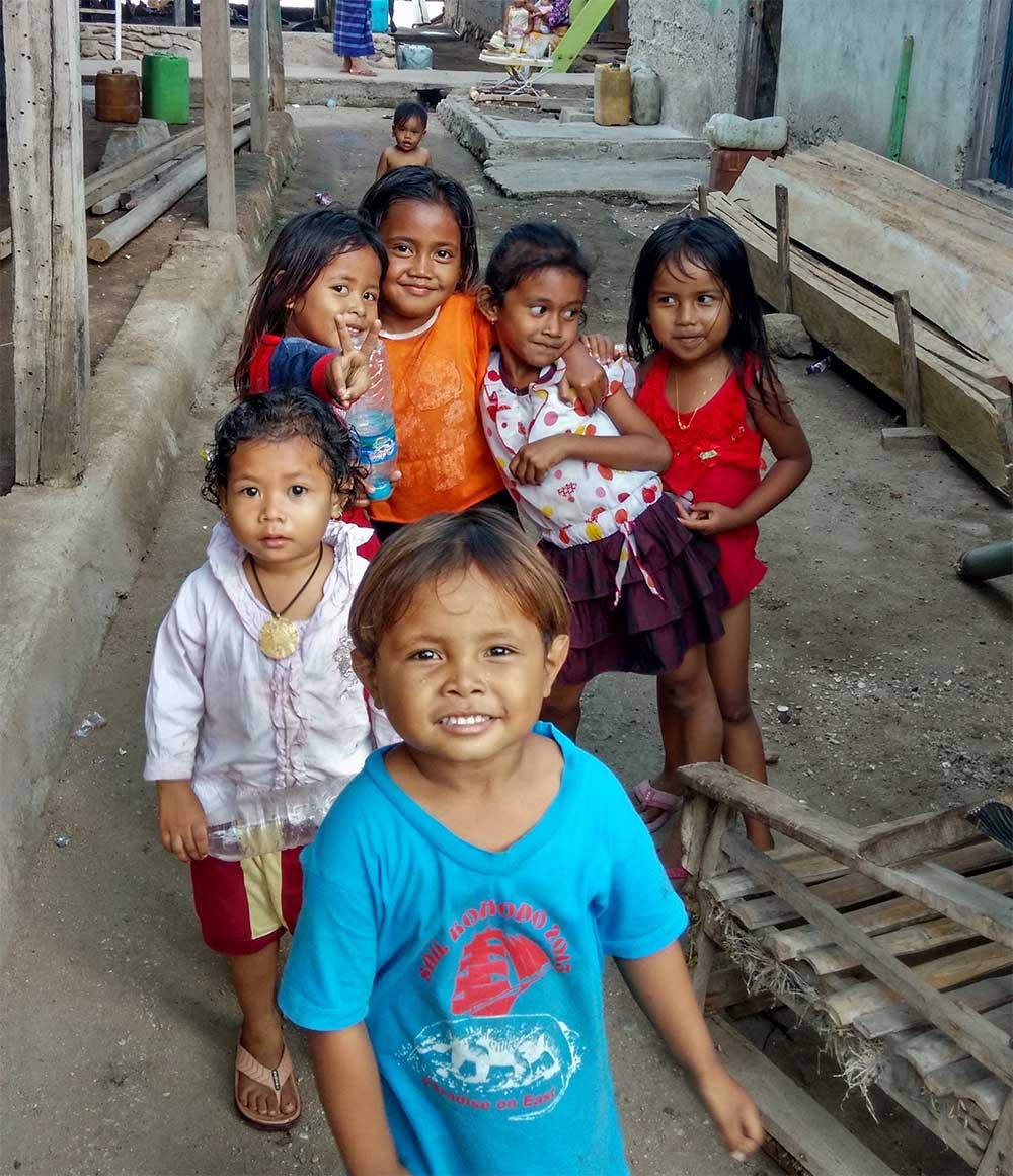 Kinder in einem Dorf auf der Insel Komodo