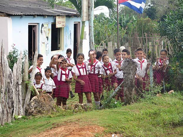 Schulkinder freuen sich über den Besuch